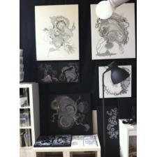 Atelier mit schwarzem Stoff abgehängt